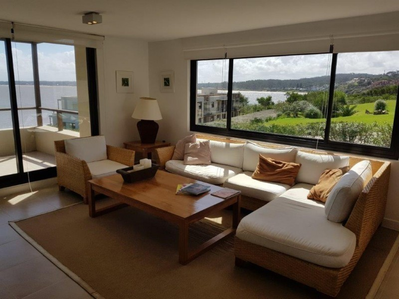 Excelente dpto de 3 dormitorios y servicio, 2 terrazas con vista al mar y 2 cocheras