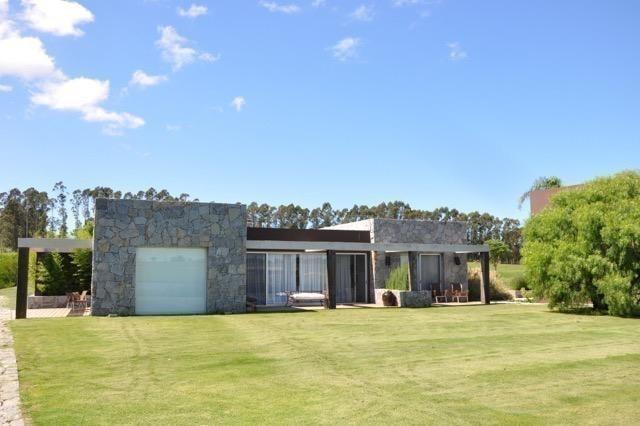 Gran casa sobre la laguna en Pueblo Mio
